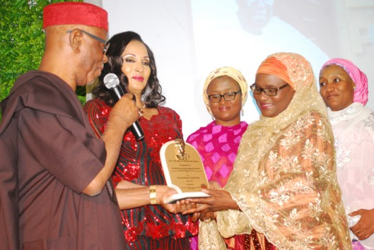 Hadjia Hadiza Abubakar wife to the governor of Bauchi state,receiving award from Chief John Odigie Oyegun