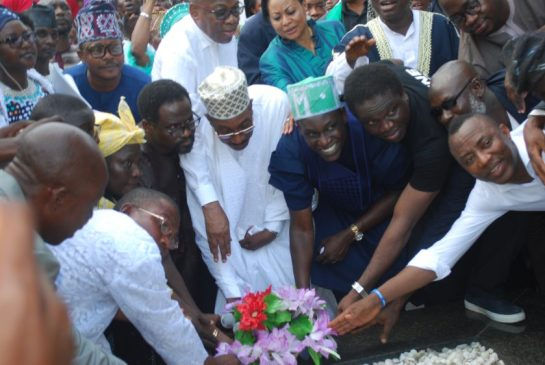 Guest of Honour, Abdul Jelili Tafawa Balewa (Middle) with other dignitries laying wreath