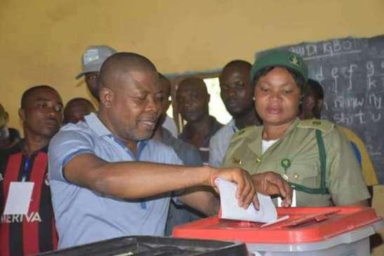 RT. Hon Emeka Ihedioha casting his vote in Mbutu