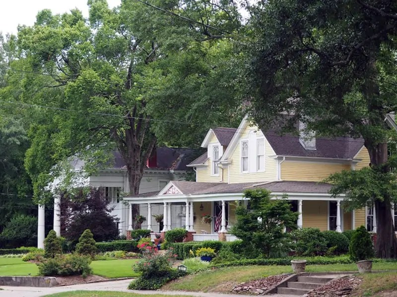 The historic homes in Marietta, Georgia are absolutely beautiful! Definitely a must see. | our Marietta, Georgia Guide | via The Spirited Violet