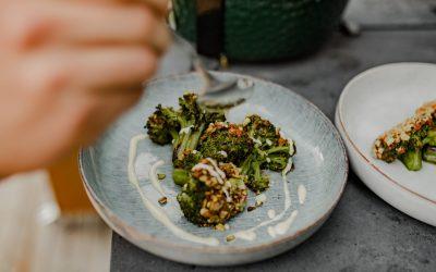 Rezept: Gesmokter Brokkoli mit Caveman-Ajvar und veganer Sauce Hollandaise