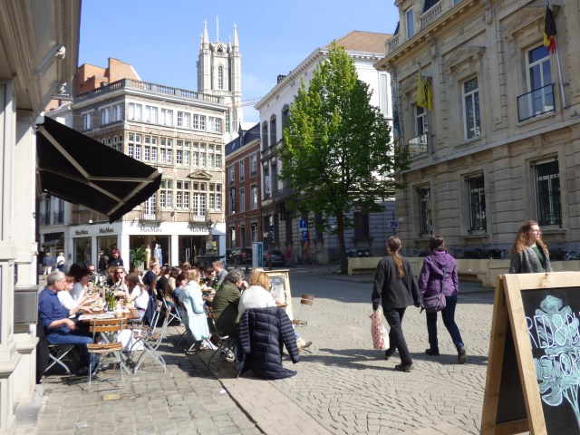 More relaxed shopping and cafes on the car and bike-free Kalandeberg, thanks to Ghent's circulation plan