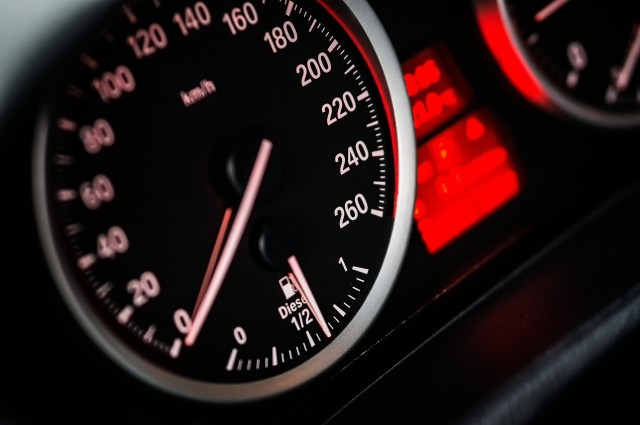 This is an image of a car dash board illustrating speed as part of the theoretical part of taking a Belgian Drivers licence