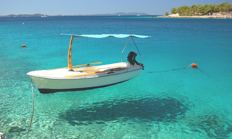 Båd-på-det-turkisgrønne-hav-i-solskin