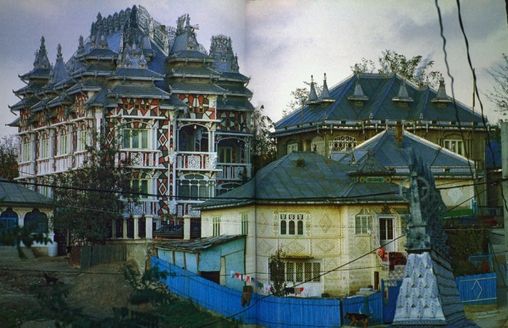 Image from Rroma palaces — Corno, P. Calvi, R. Gianferro, C. Gypsy architecture: houses of the Roma in Eastern Europe.