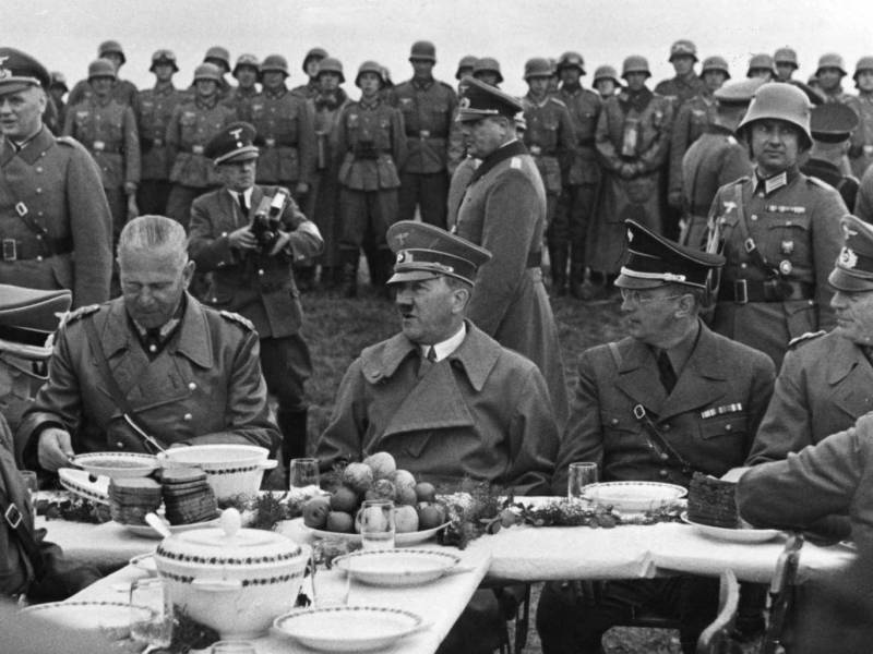 Hitler and his friends enjoying a nice dinner