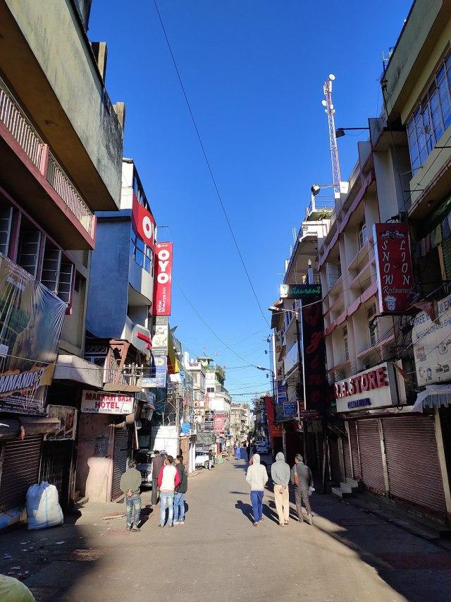 1024px-Police_Bazar_Road,_Shillong_in_Morning