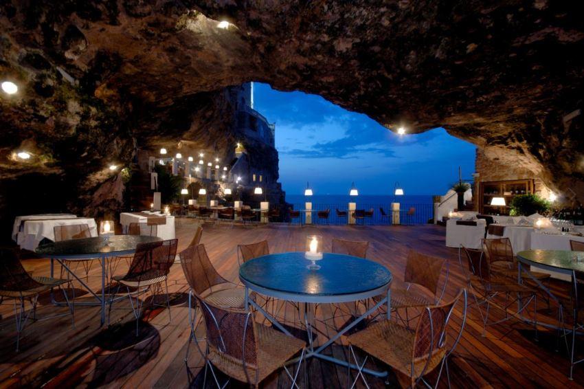 Polignano a Mare chic - ristorante Grotta Palazzese - thestylelovers.com