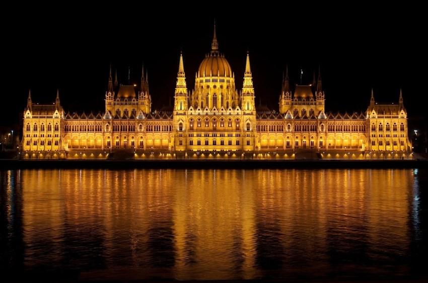 Palazzo del Parlamento di Budapest illuminato di notte
