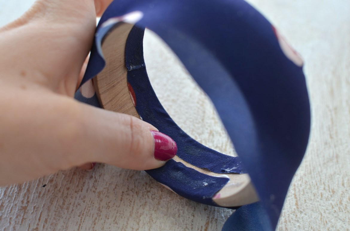 Stefanie from the Style Safari shows how to DIY fabric covered bangles