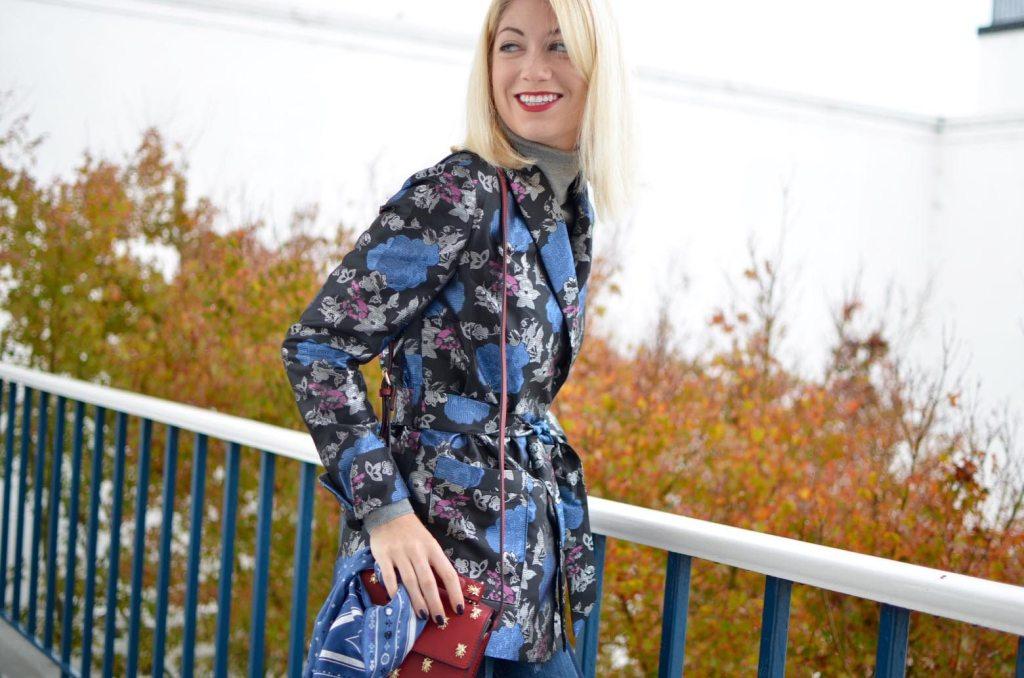 jacquard robe blazer, two tone skinny jeans, velvet slide loafers, red box bag // thestylesafari.com