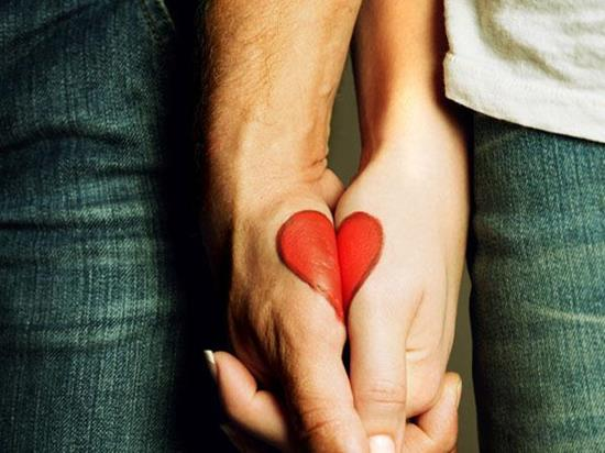 couples-tattoos-heart-in-hands