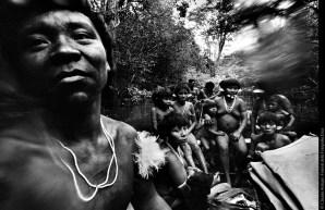 «È difficile spiegare quanto siamo legati alla natura. È semplicemente parte di noi; è il sangue che scorre nelle nostre vene. Ci nutre sicamente e spiritualmente. La mia pelle ha il colore della Terra. Non mi divide da quel che mi circonda, bensì mi unisce a esso. Non puoi sradicarci e portarci altrove; noi non esistiamo fuori da questa foresta». (Davi Kopenawa, leader e sciamano Yanomami). © Claudia Andujar