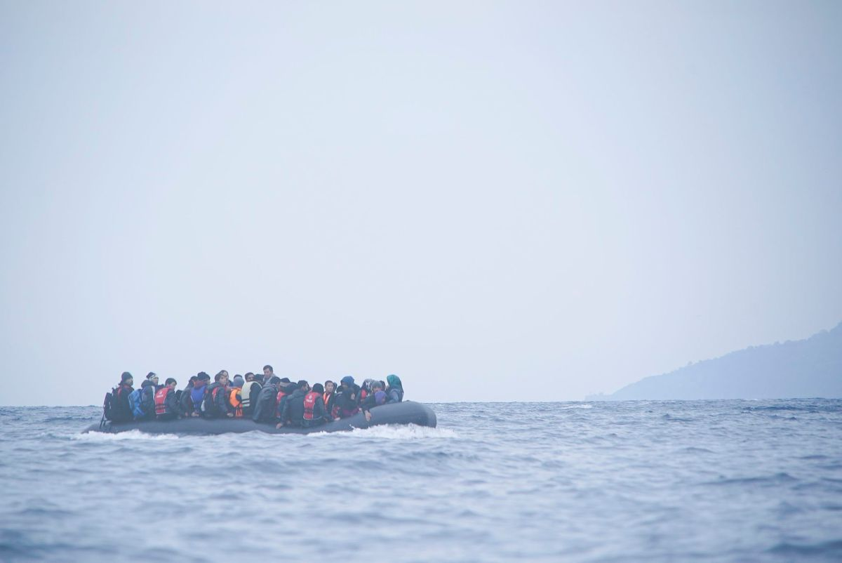 https://i1.wp.com/thesubmarine.it/wp-content/uploads/2016/10/Refugees_on_a_boat_crossing_the_Mediterranean_sea_heading_from_Turkish_coast_to_the_northeastern_Greek_island_of_Lesbos_29_January_2016.jpg?fit=1200%2C802&ssl=1