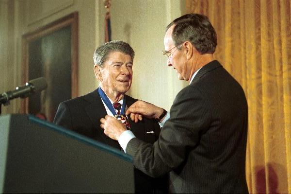 Reagan riceve la Medaglia per la Libertà nel 1993 alla Casa Bianca