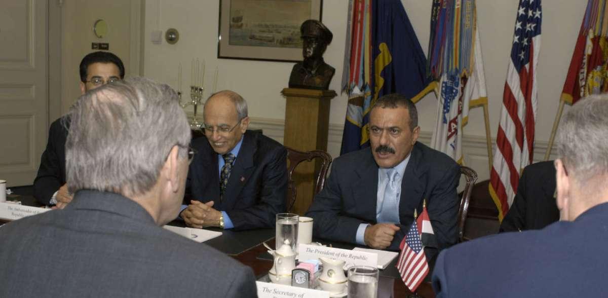 https://i1.wp.com/thesubmarine.it/wp-content/uploads/2017/12/Ali_Abdullah_Saleh_meets_Donald_H._Rumsfeld_at_Pentagon_2004.jpg?fit=1200%2C588&ssl=1