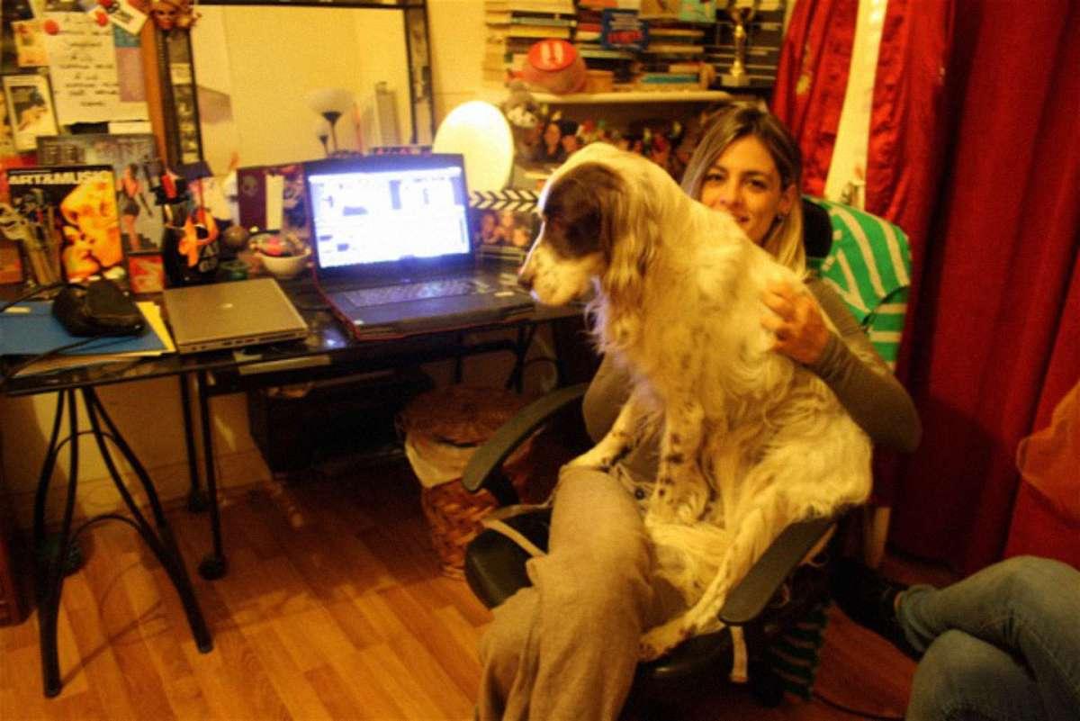 Elena nel suo studio insieme al suo cane Nestore. Foto di Lorena Leuzzi