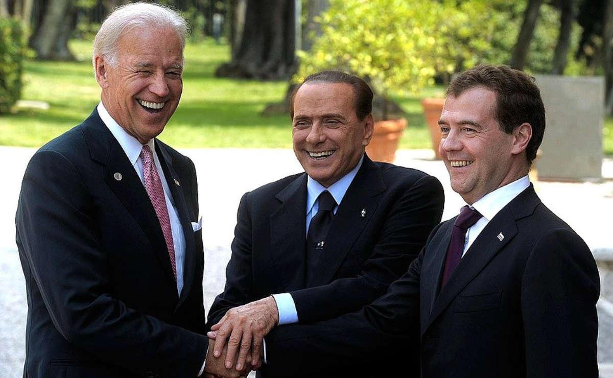 Joe Biden incontra i mandanti di fake news Silvio Berlusconi e Dmitrij Anatol'evič Medvedev