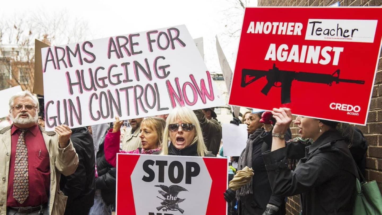 <em>Hello, World!</em> <br />Per l'NRA le armi sono un gioco da ragazzi