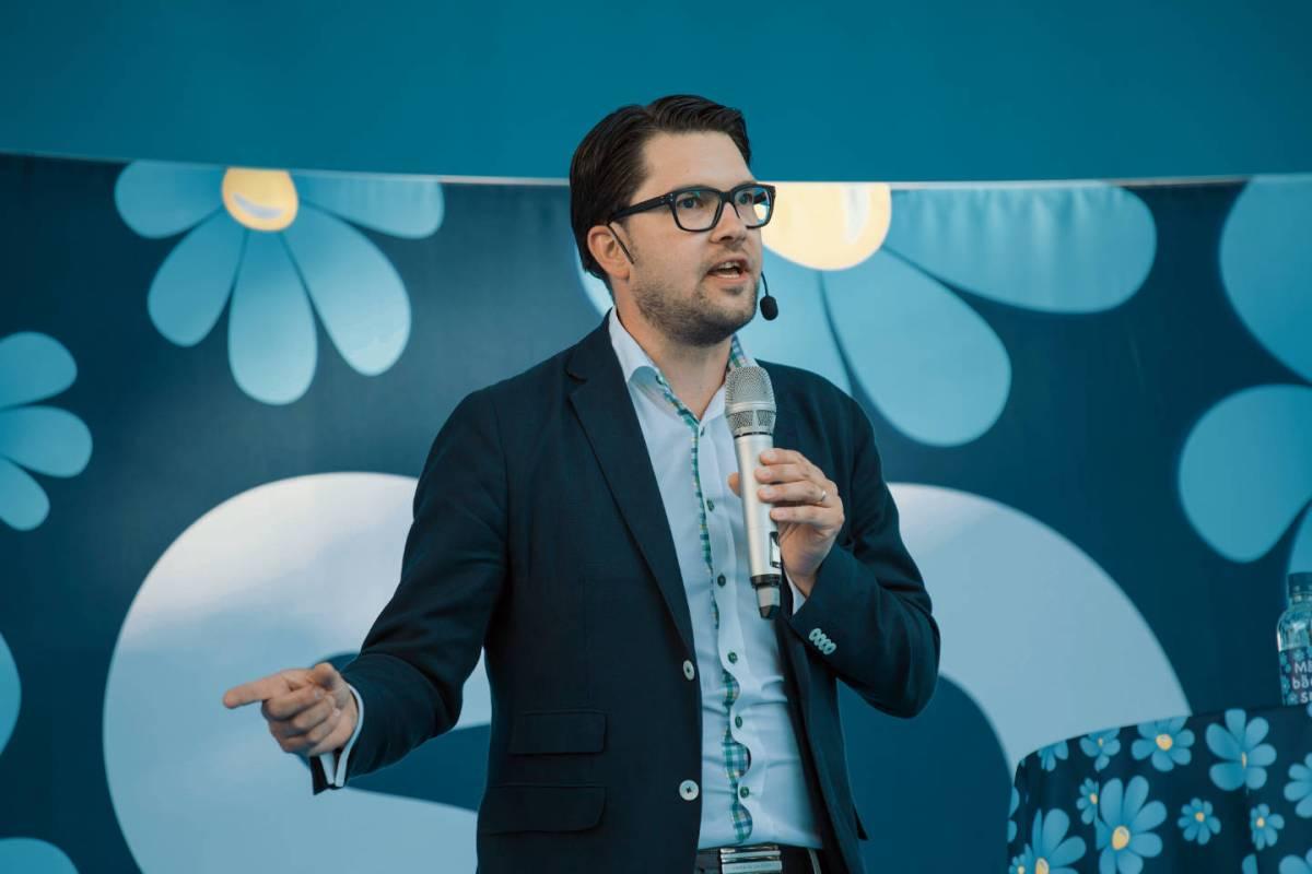 Jimmie Åkesson, leader degli Svedesi democratici, i fiorellini sono il simbolo del partito