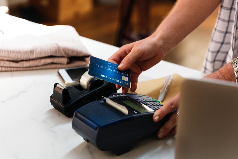 Come scegliere la giusta carta conto: vantaggi e differenze