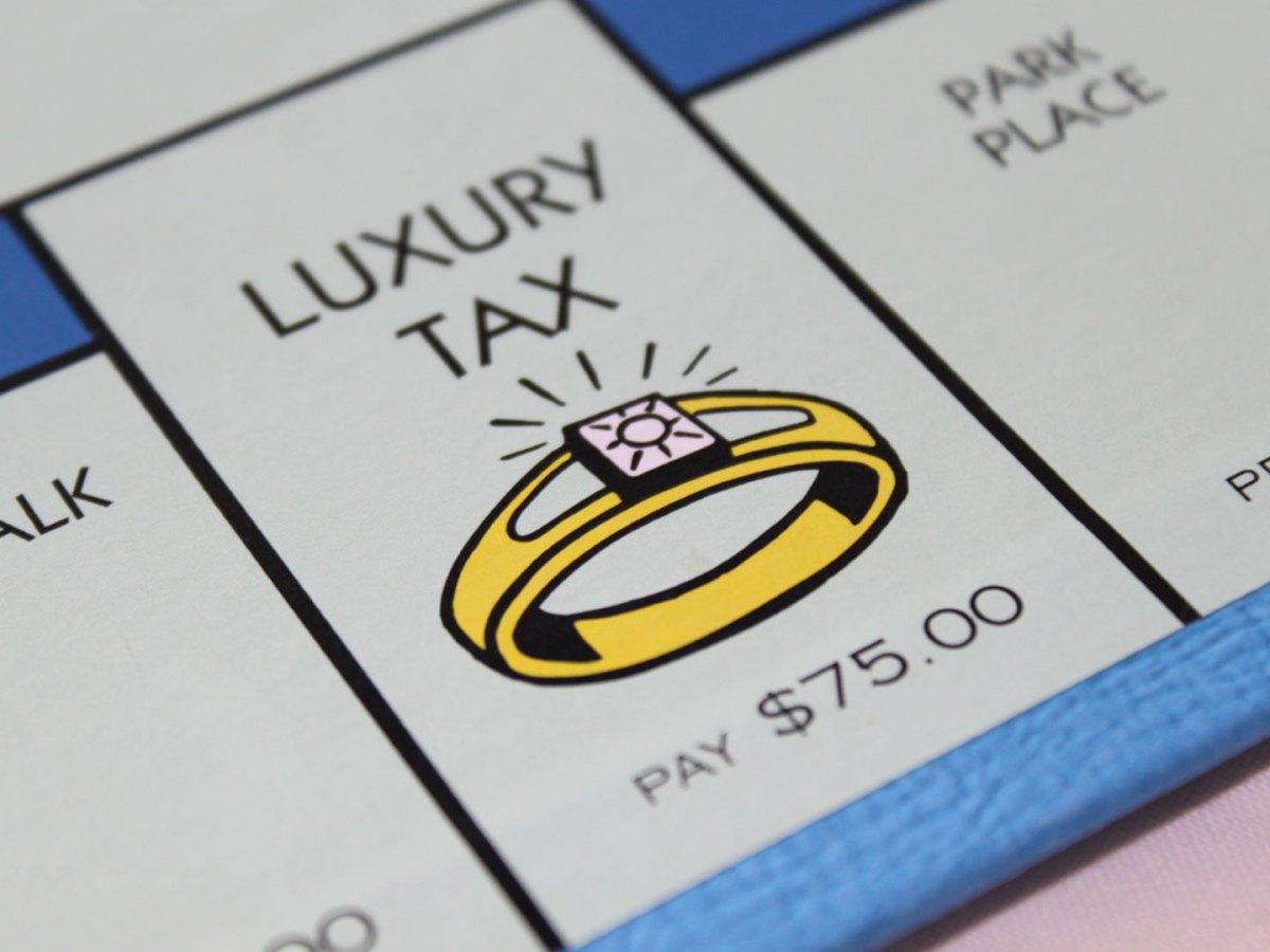 la casella di Monopoli con scritto Luxury Tax