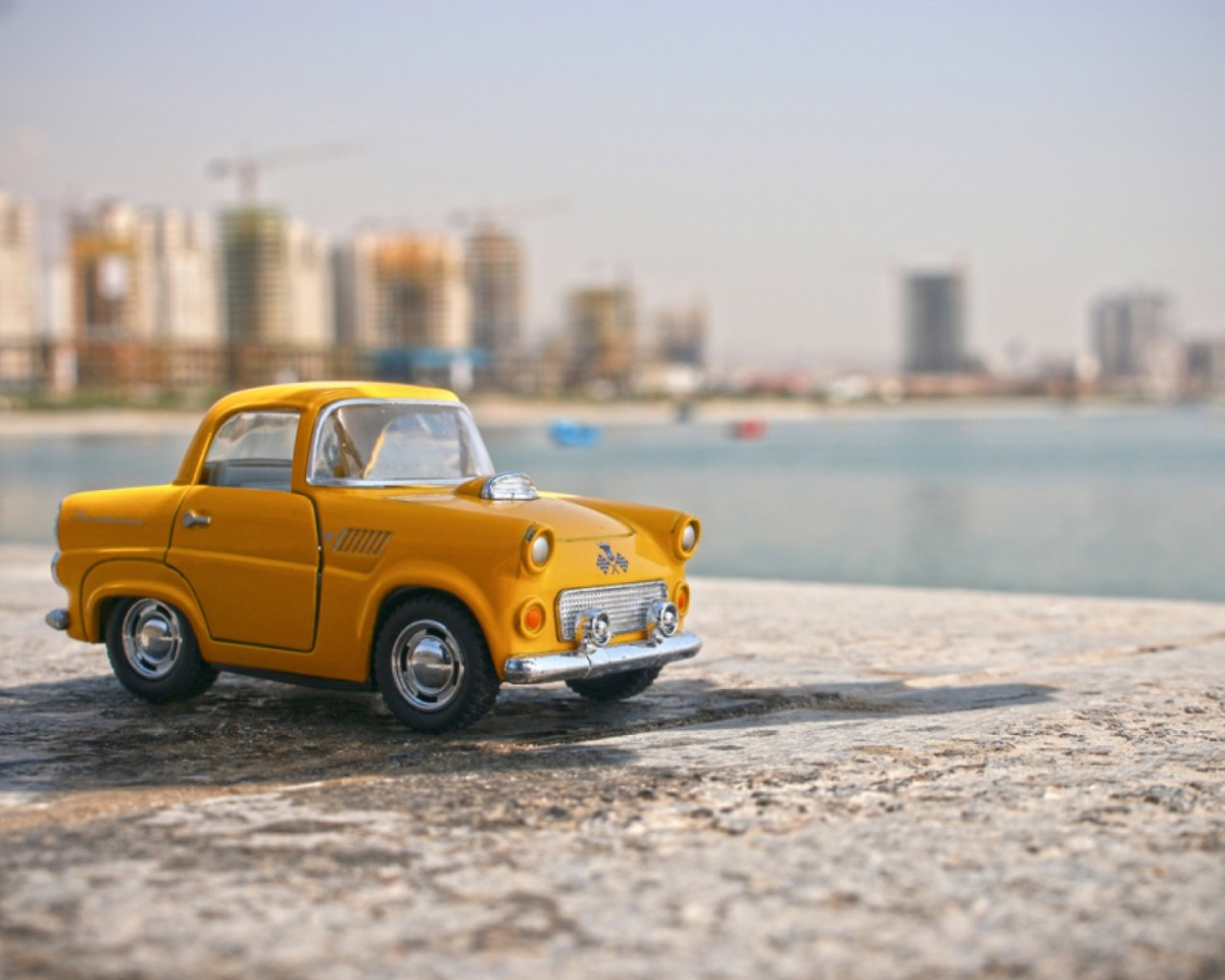 https://i1.wp.com/thesubmarine.it/wp-content/uploads/2019/11/small-yellow-car-on-the-beach_800.jpg?fit=1200%2C960&ssl=1