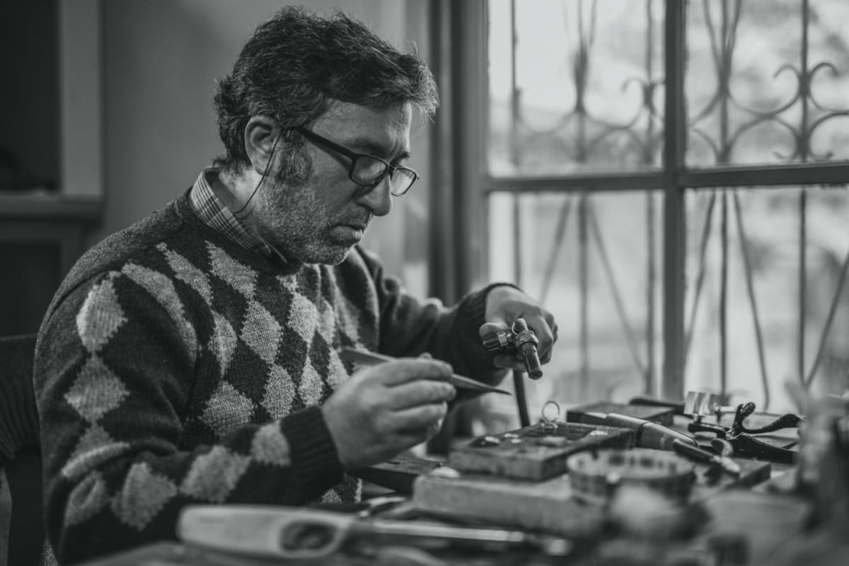https://i1.wp.com/thesubmarine.it/wp-content/uploads/2020/02/adult-artisan-black-and-white-blur-concentration-eyeglasses-1535239-pxhere.com_.jpg?fit=1200%2C800&ssl=1