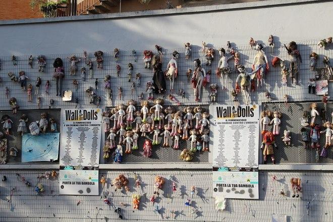 È bruciata parte del Wall of dolls di Milano
