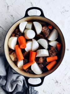 stock pot with daikon and carrots covering beef short ribs