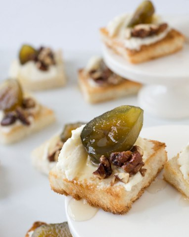 goat and mascarpone cheese, fig jam, & caramelized pecans via oh how civilized