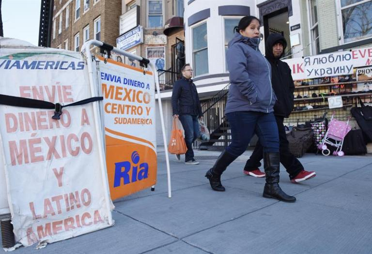 The use of the internet grows and the costs of sending remittances to Latin America decrease