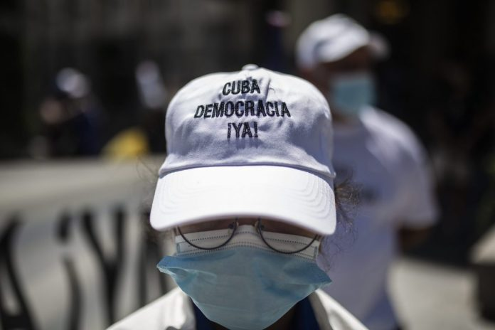 Yoani Sánchez denounces several injured and hundreds of detainees after the protests in Cuba