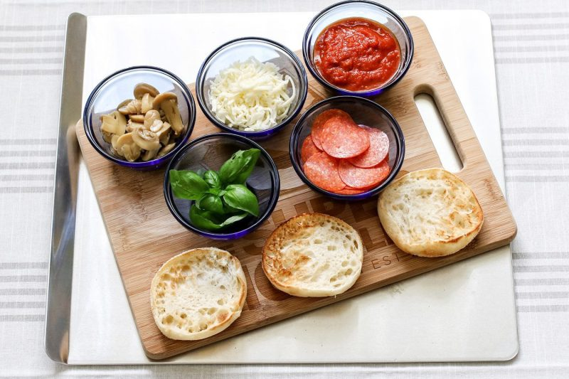 party pizzas, quick pizzas, english muffins, ideas for quick meals, pizza recipe, easy pizza recipe, recipe, recipes, kid foods, mom blog, mom blogger, mom bloggers, mom blogs, family friendly dishes, recipes, recipe, food blog, food bloggers