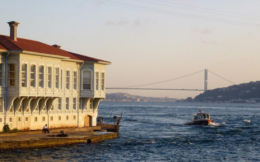 Dans la vapeur blanche des jours sans vent (Carnet de voyage en Turquie – 29 juillet) : Kabataş et Beşiktaş par le Bosphore