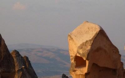 Dans la vapeur blanche des jours sans vent (carnet de voyage en Turquie — 13 août) : Üçhisar, Göreme et les églises rupestres