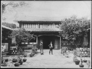Auguste François en habit de consul devant sa maison à Yunnanfu