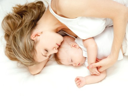 co-sleeping-baby-mom-infant-sleeping