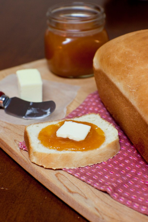 Acercamiento a una rebanada de Pan de Barra Casero con mermelada y mantequilla