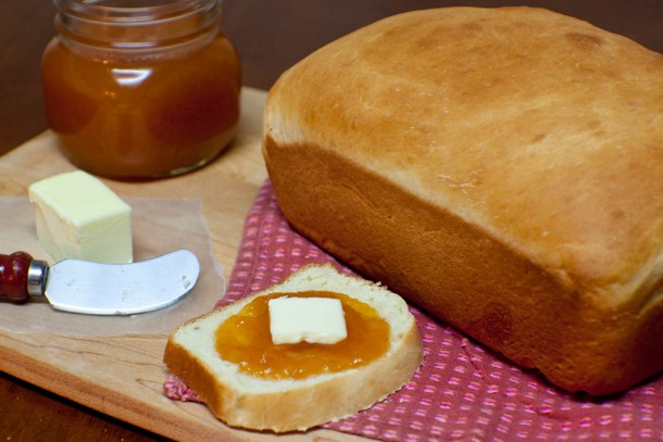 Pan de Barra Casero son una rebanada a un lado con mantequilla y mermelada