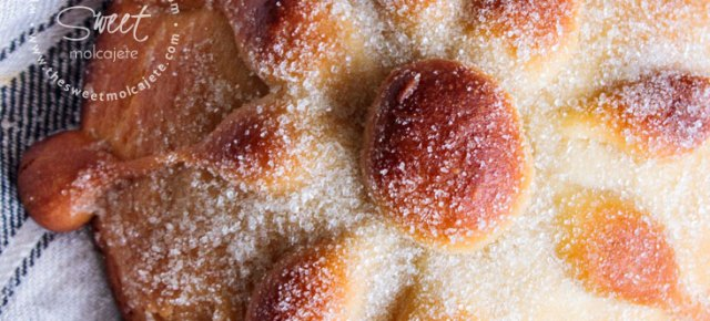 Vista cenital de un pan de muerto casero sobre una tela de lino