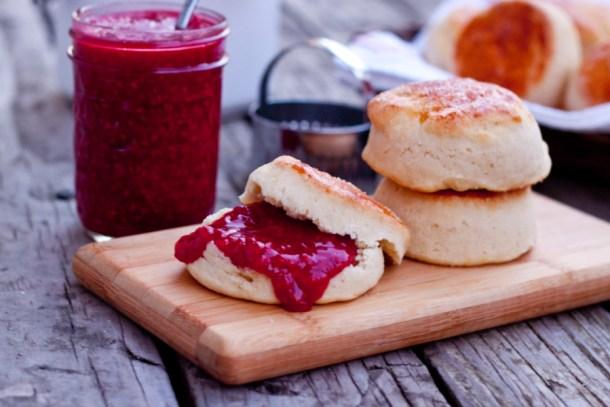 Receta para hacer unos deliciosos bisquets suaves y esponjosos. Son perfectos para acompañar una cena especial o para comer con miel o una rica mermelada.
