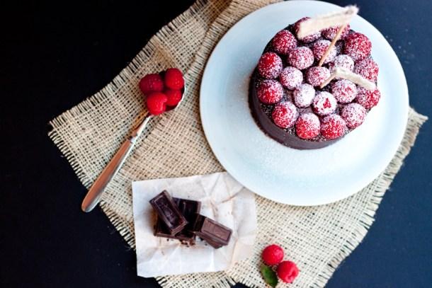 Vista de arriba a un pastel decorado con frambuesas