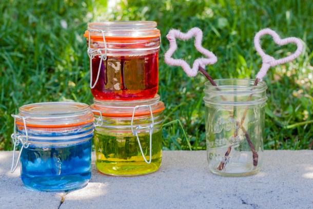 Frascos con líquido para burbujas de jabón de varios colores