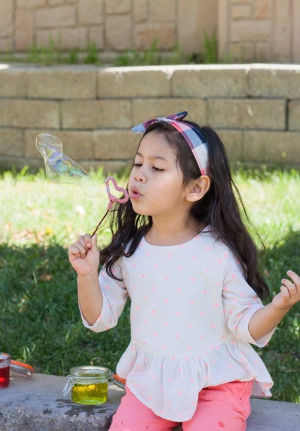 Imagen de niña haciendo burbujas de jabón