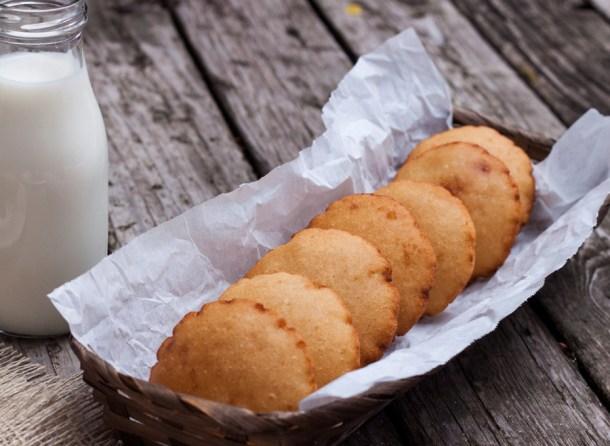 Fotografía de un canasto lleno con Gorditas Dulces de Maíz Infladitas, a un lado un frasco con leche