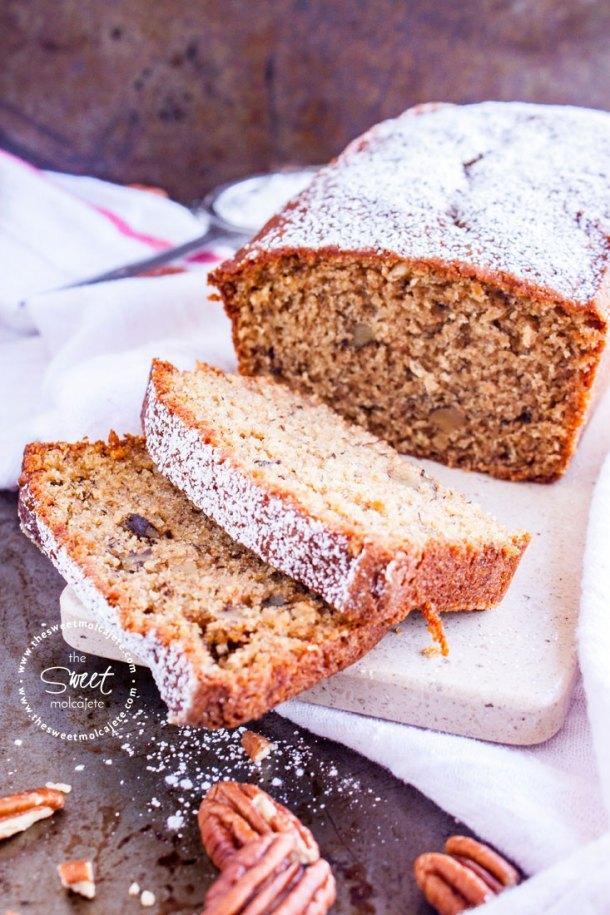 Pan de platano con nueces y azúcar glass arriba rebanado