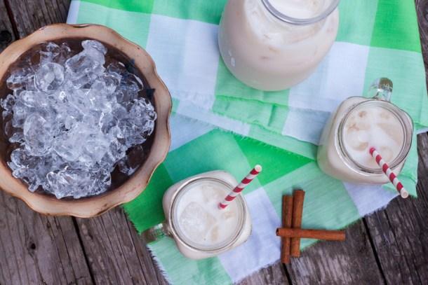 Vista de arriba a una mesa con vasos de Agua de Horchata y un tazón con hielos