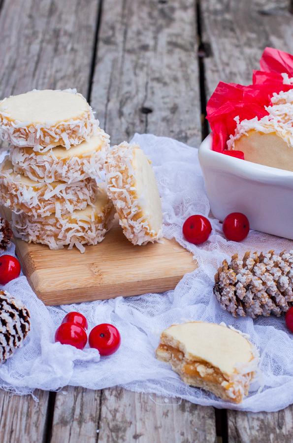 Alfajores con Dulce de Leche y coco cobre una mesa adornada para Navidad