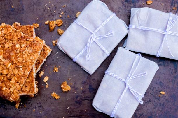 Barras de granola envueltas en papel mantequilla y cerradas con un cordón blanco